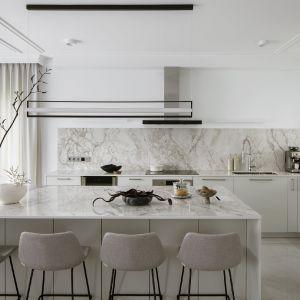 Kuchnia, w której główną rolę gra kamień. Wygodna, przestronna kuchnia. Fot. Yassen Hristov. Stylizacja Anna Salak