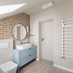 В уютной ванной комнате также царят кирпичный и синий цвета.  Дизайн: Агата Хомяк и Мацей Ференц, Fabryk-Art.  Фото  Миколай Домбровски