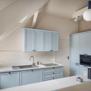 Нежно-голубым можно любоваться на покрытой ковриком мебели на кухне, в ванной или гостиной.  Дизайн: Агата Хомяк и Мацей Ференц, Fabryk-Art.  Фото  Миколай Домбровски