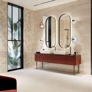 Kolekcja Rebeca - pastelowa łazienka w kolorach ziemi i z geometrycznymi wzorami, kojarzącymi się z latami 70. Marka: Ceramica Bianca