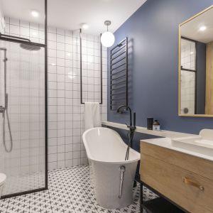 W łazience w stylu loft meble łazienkowe powinny być z drewna i najlepiej z czarną podstawą z metalu. Projekt Joanna Dziurkiewicz, Tworzywo studio. Zdjęcia Pion Poziom