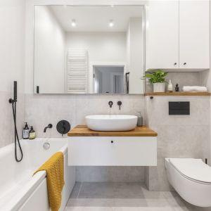 Lustrzane szafki w niewielkiej łazience w bloku. Projekt i zdjęcia Renata Blaźniak-Kuczyńska, Renee's Interior Design