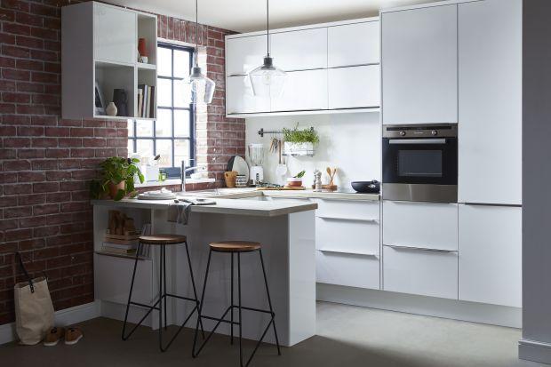 Jakie meble do kuchni wybrać? Polecamy gotowe zestawy mebli kuchennych dostępne wznanych i lubianych sieciówkach. Są funkcjonalne i świetnie wyglądają.