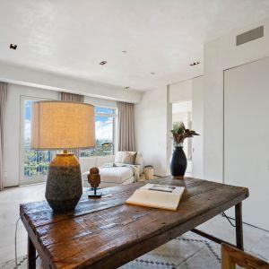 """Sypialnia z hasłem przewodnim """"mniej znaczy więcej"""". Źródło: Top Ten Real Estate Deals. Zdjęcia: Jack Spitser"""