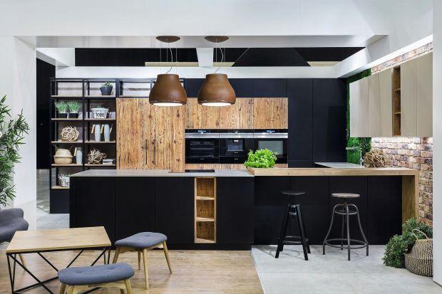 Podążając za wnętrzarskimi trendami warto postawić na ciemną, stonowaną kolorystykę w kuchni. Matowe wykończenia oraz naturalne materiały zapewnią jej elegancki wygląd i luksusowy charakter.