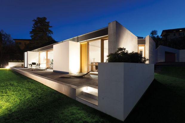 Dobre zaplanowanie oświetleniazewnętrznego wokół domu jest niezwykle ważne.Pozwala bowiempodkreślić architekturę, zapewnią bezpieczeństwo i przytulną atmosferę. Podpowiadamy, czymkierować się przy wyborze lamp zewnętrznych