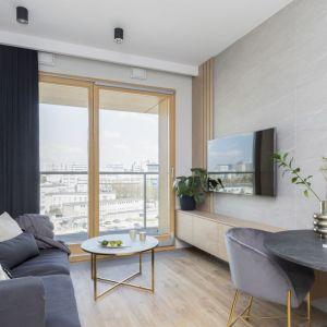 Jasne barwy zastosowane na dużych przestrzeniach – np. ścianach, suficie czy podłodze – na pewno rozświetlą pomieszczenie i sprawią, że będzie ono wyglądało na większe. Projekt Decoroom. Fot. Pion Poziom