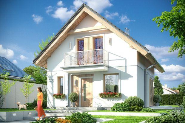 Projekt tego domu z poddaszem użytkowym jest mały, ale bardzo wygodny. Powierzchnia użytkowa wynosi zaledwie 67,57 m2. Będzie więc niedrogi w budowie oraz w późniejszym utrzymaniu. Dom można wybudować do wąskiej działce.