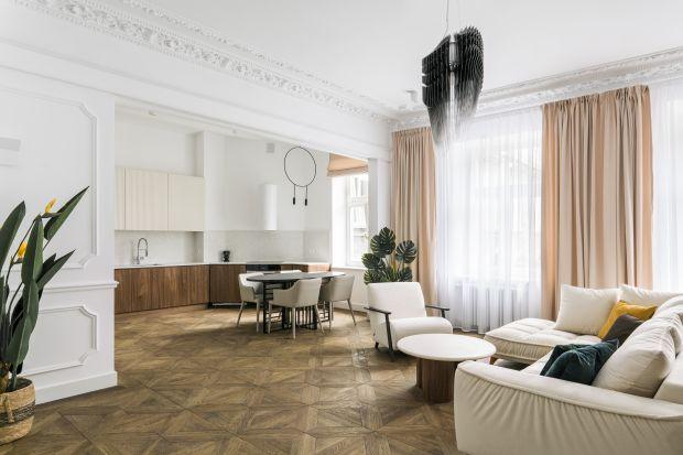 Neobarokowa kamienica, szczęśliwie ocalała z wojennych zniszczeń. A w niej 110-metrowe mieszkanie, którego nabywca miał wykrystalizowaną koncepcję eklektycznego wnętrza z odrestaurowanymi śladami przeszłości oraz mocnymi akcentami sztuki wspó