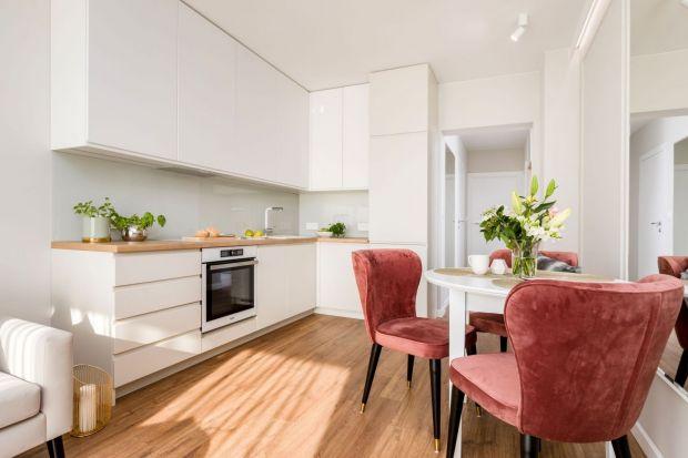 Jak urządzić kuchnię z jadalnią? Jak dobrze podzielić przestrzeń? Zajrzyj do naszego przeglądu i skorzystaj z ciekawych pomysłóworaz rozwiązań polskich architektów. Mamypiękne zdjęcia.