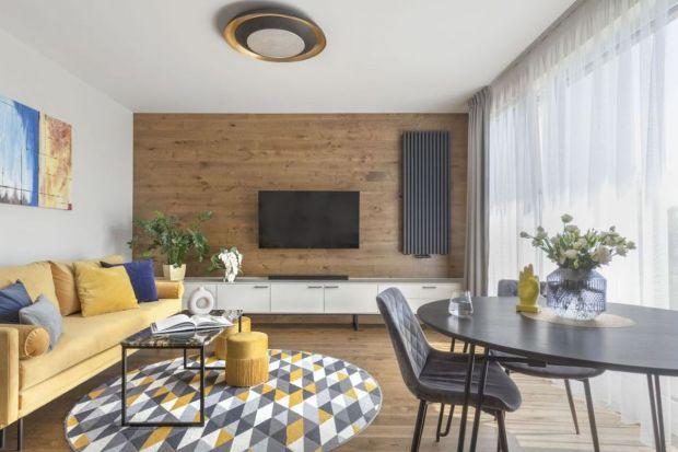 Drewniana podłoga, drewniane meble, drewniana dekoracja ściany. Jak wykorzystać drewno w aranżacji salonu? Szukasz inspiracji? Zobacz nasze pomysły na drewno w salonie.<br /><br />