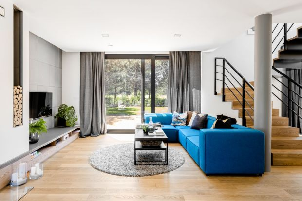 216-metrowy dom w Legionowie urządzony został w bieli, szarości i czerni, ale nie brakuje tu kolorowych akcentów! Za projekt wnętrz odpowiadała projektantka Paula Selerowicz. Zobaczcie ciekawy pomysł na nowoczesny dom!