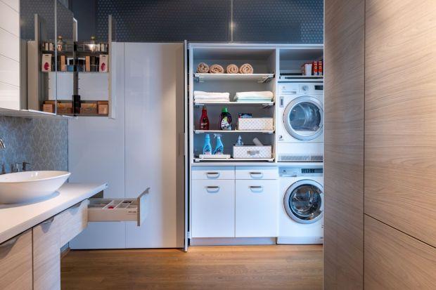 Pralka w łazience to często spotykany widok w wielu polskich domach. Umiejscowienie tego niezbędnego urządzenia w domu może okazać się problematyczne, gdy ze względu na mniejszy metraż nie można pozwolić sobie na wyizolowanie miejsca na pralni�