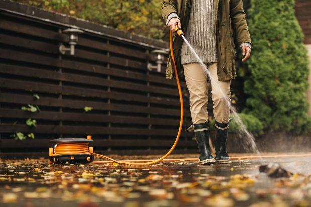 Koniec sezonu ogrodniczegoto najlepszy czas oczyszczenie narzędzi, mebli ogrodowych czy posadzki na tarasie. W tym zadaniu pomożeodpowiedni sprzęt.