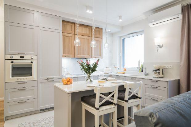 Klasyczne kuchnie zyskują na popularności, a stylizowane meble kuchenne cieszą się coraz większym zainteresowaniem wśród urządzających kuchnię. Podobają nam się wnętrza, w których wystrój idzie w parze z przytulnością, a funkcjonalność