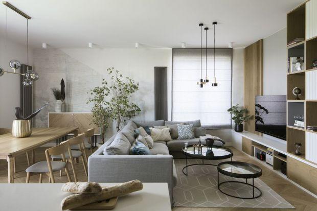 Apartament o powierzchni 112 mkw znajduje się na warszawskim Mokotowie. Jest przytulny, pełen naturalnego drewna i przyjemnych, neutralnych barw.Zokien na szóstym piętrze widać korony drzew i błękitne niebo, mimo że to niemal środek miasta.