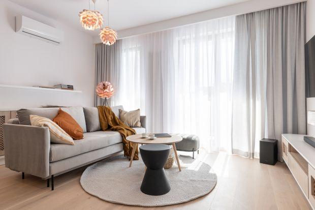 Nieduże mieszkanie w Warszawie urządzono w stylu skandynawski. Dominują tu jasne kolory i drewno.