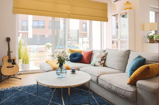 Jednokolorowy czy wzorzysty? Dywan gładki, shaggy, a może tkany na płasko? Z marokańskim wzorem czy geometryczny? Zobacz piękne aranżacje salonu z dywanem!