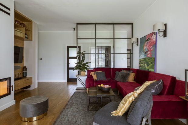 To wnętrze, zaprojektowane przez Beatę Michalak z pracowni Studio Deccor, łączy ze sobą styl etno, loftowy i coutry. Stworzona dla rodziny i kota Feliksa przestrzeń jest ciepła, przytulna i bardzo funkcjonalna.