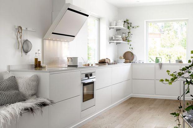 Biała kuchnia w stylu scandi to bardzo popularne rozwiązanie w domach. Lubimy biel, bo rozjaśnia i powiększa optycznie pomieszczenia. A jeśli dodamy do tego drewno, np. w postaci drewnianego blatu, otrzymujemy przepis na kuchnię idealną! Oto 10 ara