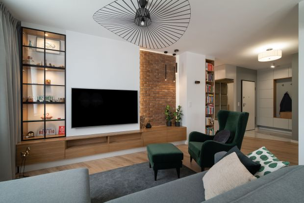 Mieszkanie o powierzchni101,32 m² znajduje się na warszawskim Mokotowie. Jest bardzo wygodne i piękne łączy elementy nowoczesne z klasyką.Stonowane barwy z miodowymi odcieniami nadają wnętrzu przytulności i elegancji.<br /><br />