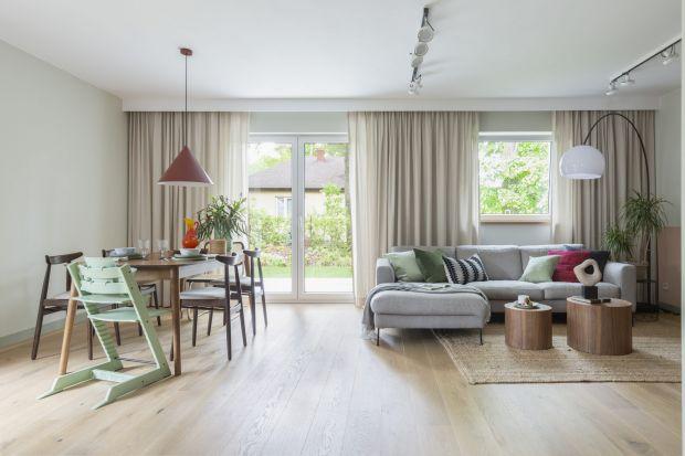 Nowy dom dla rodziny miał być ostoją po życiu w małym mieszkaniu i zatłoczonym mieście. Dlatego tak ważna była tu atmosfera niezobowiązującego relaksu. Udało się ją stworzyć architektkom z pracowni Nasze Nowe.