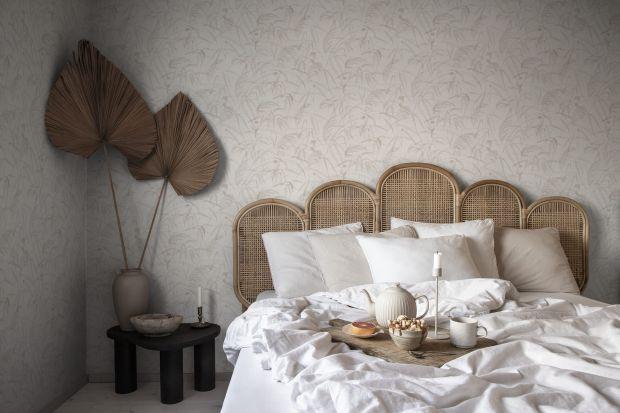 Szukasz pomysłu, jak odświeżyć sypialnię? Dobrym pomysłem na szybką i niedrogą metamorfozę będzie wykończenie ściany np. za łóżkiem w sypialni tapetą! Oto 20 pięknych, jesiennych wzorów!