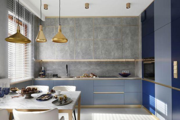 To niewielkie mieszkanie jest najlepszym dowodem, że na małym metrażu można mieszkać stylowo. Architektka wnętrz Joanna Chwil zestawiła tu szlachetne złoto z szarościami i odcieniami niebieskiego. Jest pięknie!
